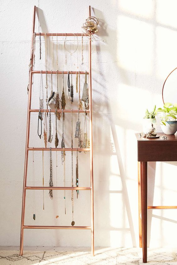 With this decorative metal ladder you can display your chains in a creative way