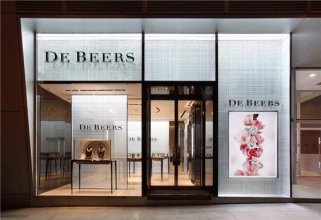 De Beers opens its third store in Mainland, China and this one stands out with its bright background, minimal display, tall glass windows and a colorful image ad on the exterior.