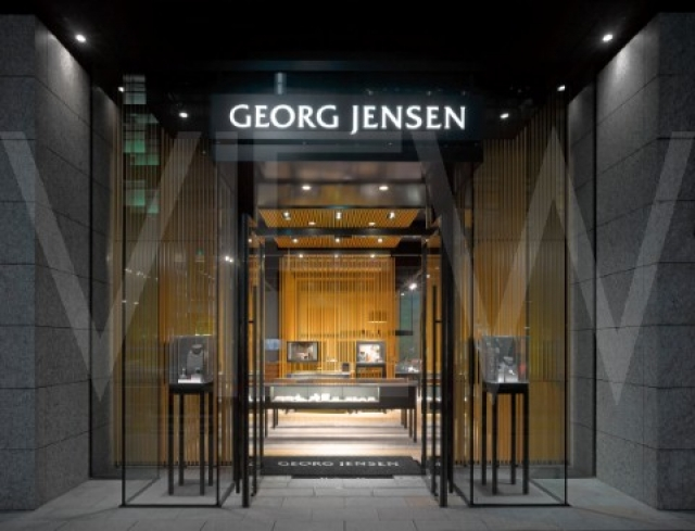 MPA Architects designed the shop front for George Jenson Jewellers Store in Japan. Very elegant, minimalist design, almost like a mirror room.