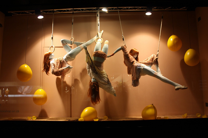 033-selfridges-creative-display-window-cirque-soleil-theme