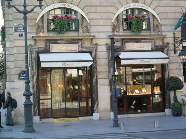 La Bijouterie Chopard in Place Vendome is all french, very well preserved old building, glass windows and classic display. Makes you just fall in love with its vintage elegant look.