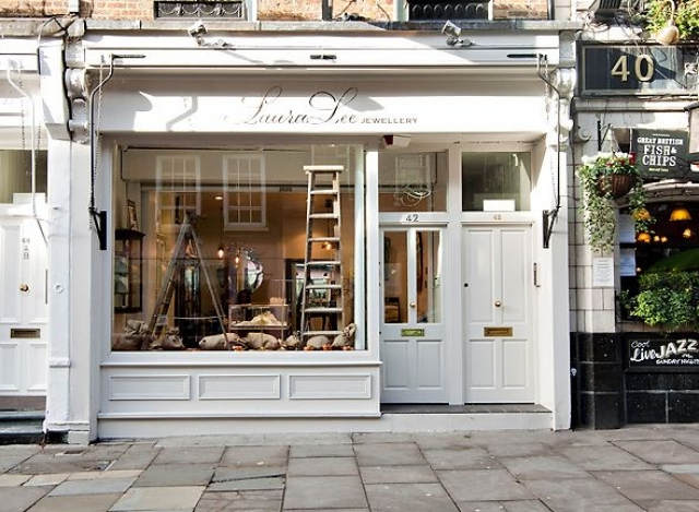 Laura Lee Jewellery shows off an all white exterior to blend int with its surroundings. The shop´s signage is very elegant and the display is also very creative.