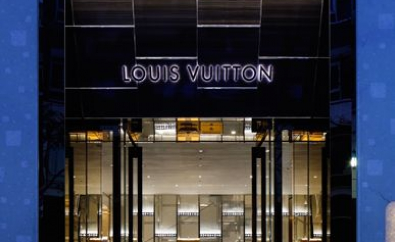 Impressive contrast between black and blue for the storefront of the Louis Vuitton Fine Watch Jewelry. High class all the way!