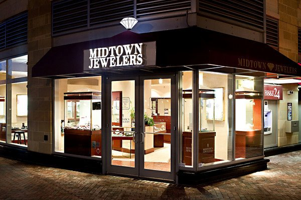 Although located on the corner, the solution of Midtown Jewelers was using large windows instead of walls, so that apart from the merchandise displayed, one can also glaze inside the store