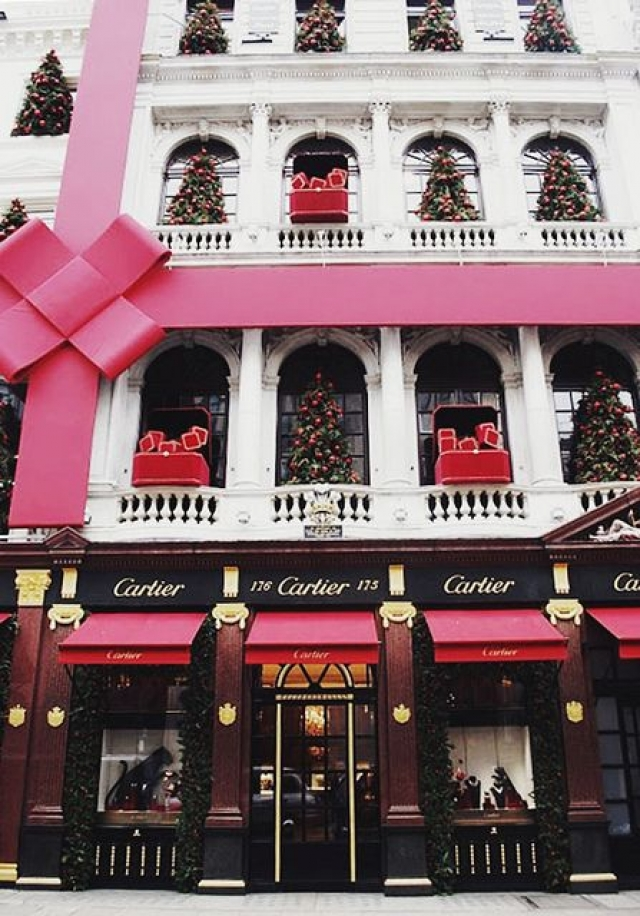 The exterior of this Cartier store was taken to another level for the Christmas festivities. If a big pink bow on the whole building won't catch you attention, nothing will. Seen in Paris.