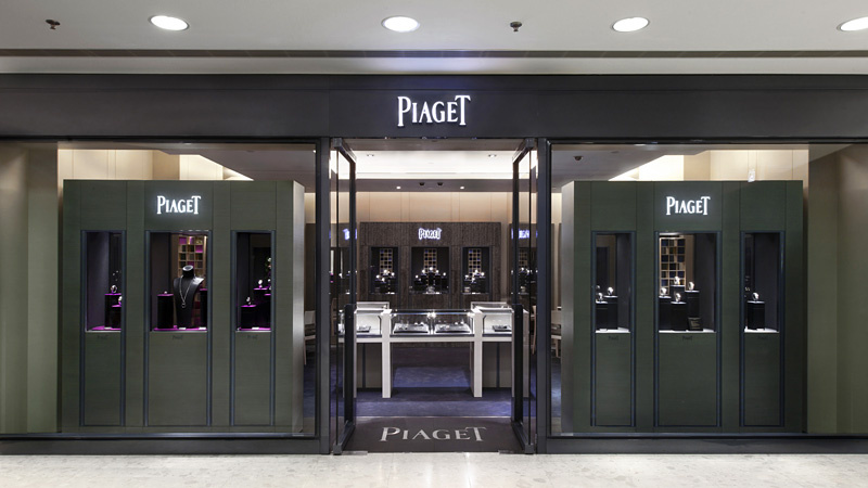 Truly stunning design for the Piaget Boutique in Harbour City. Unique displays, strong dark colors and symmetry are what characterize this store. Strong branding is the key!