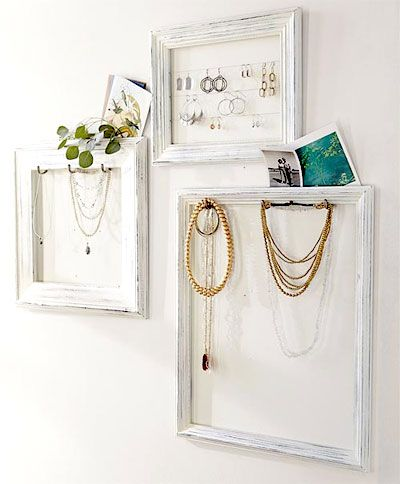 Jewelry frames are becoming more and more popular, always a creative solution for the organization and storage of your dear necklaces and earrings.