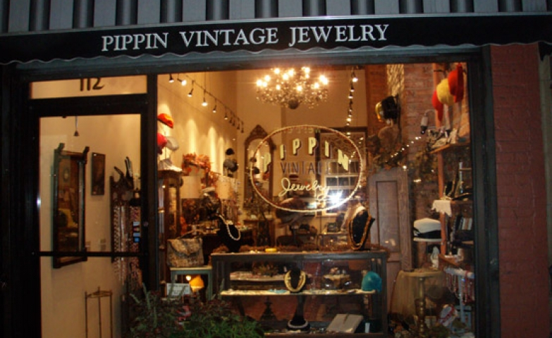 Vintage stores always have such a cozy look, and so much personality. And this is what Pippin Vintage Jewelry achieved with their store front and interior decoration.