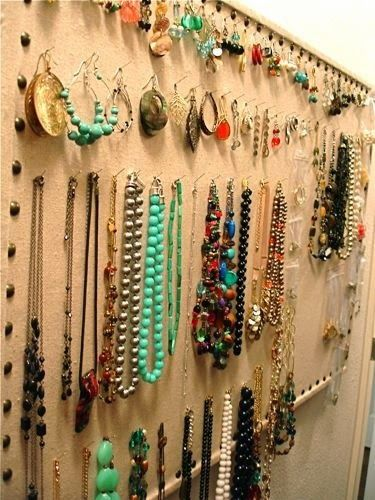 Also fun and creative is using a bulletin board to organize your jewelry, and it comes handy for earrings, necklaces and even bracelets.