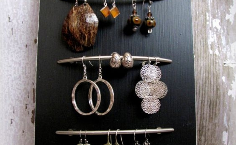 Take a black wooden board and place some handles on it, and you've got yourself a cute piece to organize your jewelry.