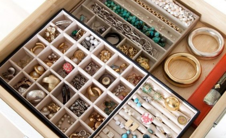Use drawers to organize your jewelry, with square holders for earrings, rings and bracelets.