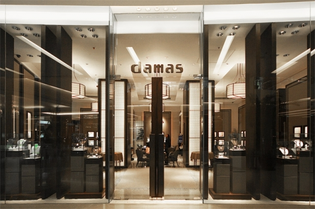 The Damas Jewelry have a very imposing store front, mostly dark colors combined with tall glass walls, small glass boxes display,and lots of lights.