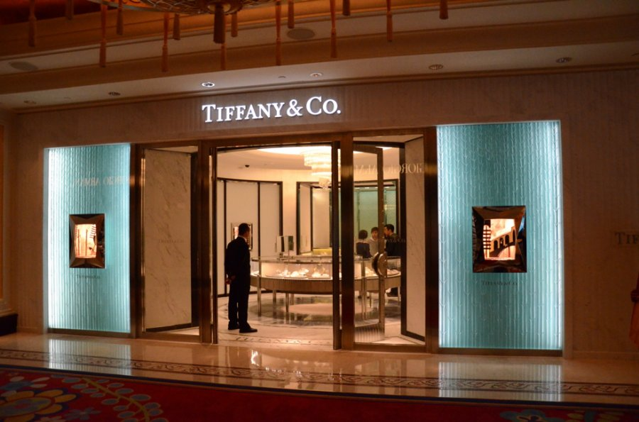 Tiffany store in Macau, amazing display with blue background and fine lights, and a very wide entrance. It calls you to go inside.