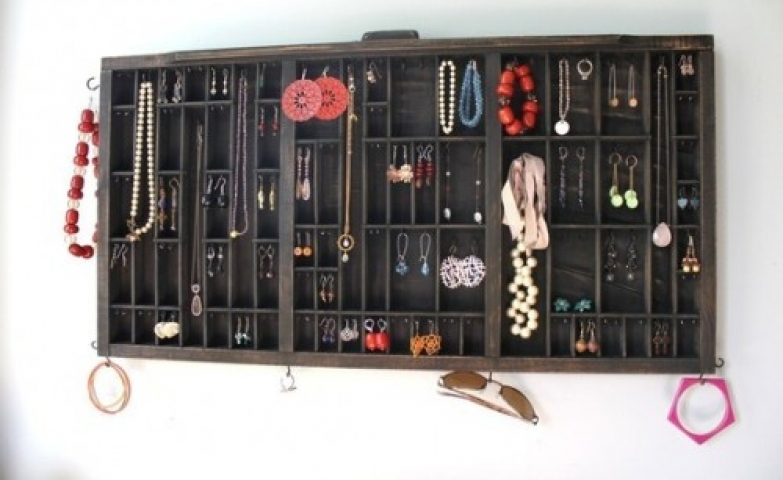 For DIY lovers, this is a retro looking wooden organizer from Shelterness ideas for jewelry organizers.