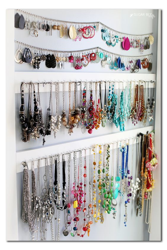 What a simple idea for jewelry organization, placing some chains and hangers on the wall, to display and store your jewels.