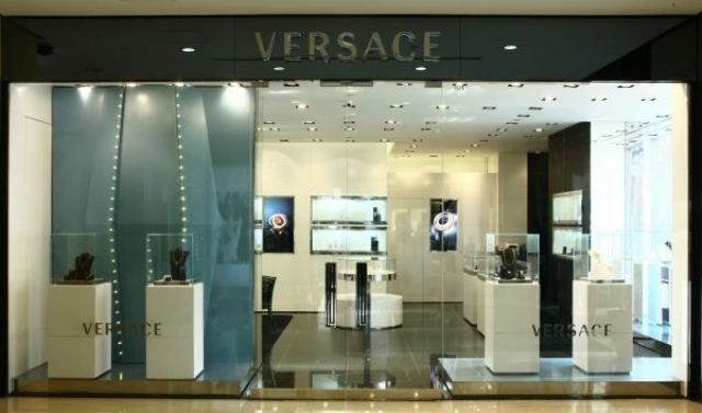 Minimal, combined with a huge glass window and elegant merchandise displays. Inspiration from Versace Jewellery Boutique in Beijing.
