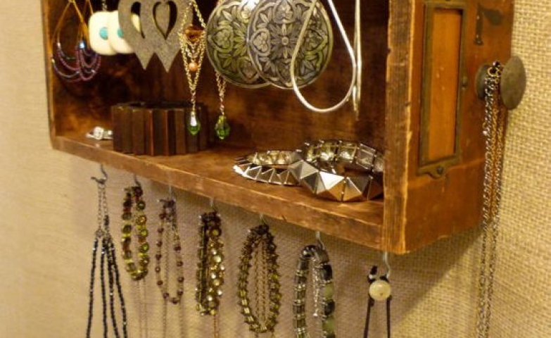 If you have a vintage drawer laying around, it might come in handy as a DIY jewelry stand. Organize jewelry and get a vintage look for storing earrings, bracelets or necklaces. DIY ideas for organization!