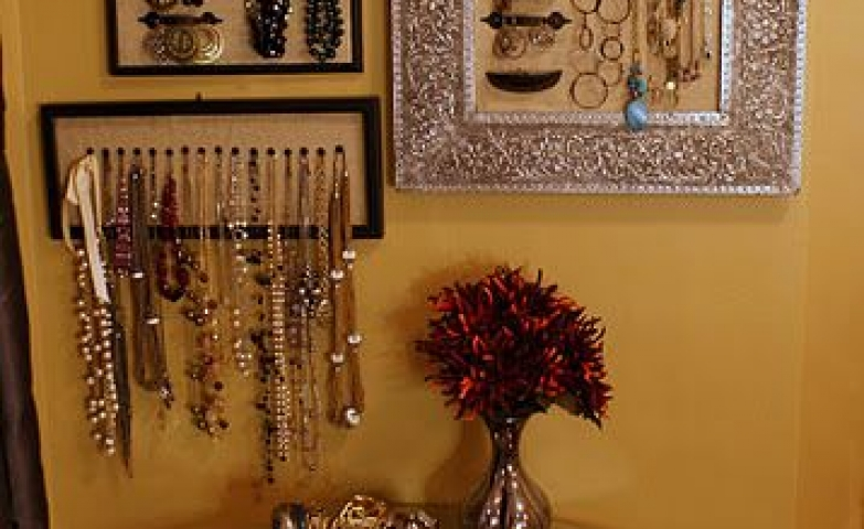 Frames, frames, frames. The latest in wall jewelry organization, easy and simple to do at home and gorgeous look for your house.