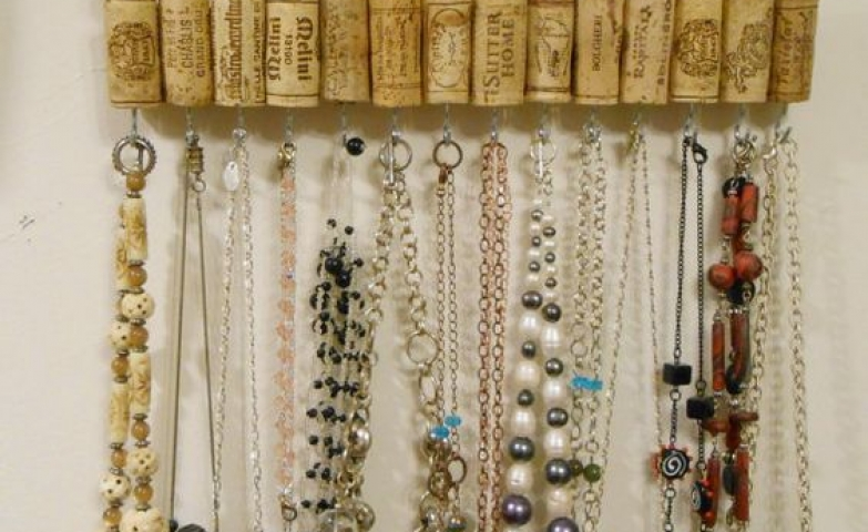 Are you a DIY junkie? Then heads up for this wine cork jewelry holder, easy to make and cute to hang on the well. Best part, it keeps your necklaces organized.