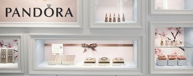 Beautiful & creative jewelry display & visual merchandising using a proper distribution of light
