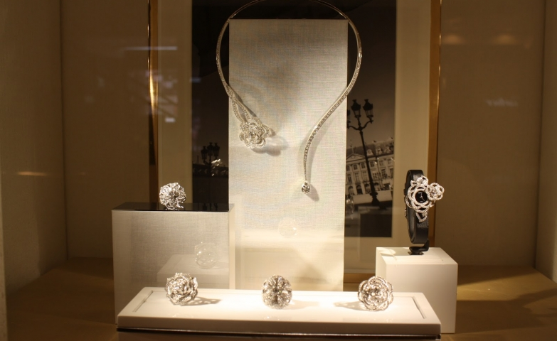 Although modest, the jewels make up for it and create a beautiful jewelry display setting, ideas from Chanel.