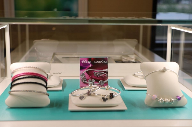 Pandora display themed Disney, with jewelry for children, a good and fun idea to display jewelry.