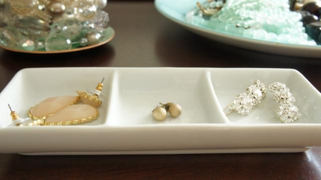 Simple ideas using ceramic holders for pretty jewelry storage.