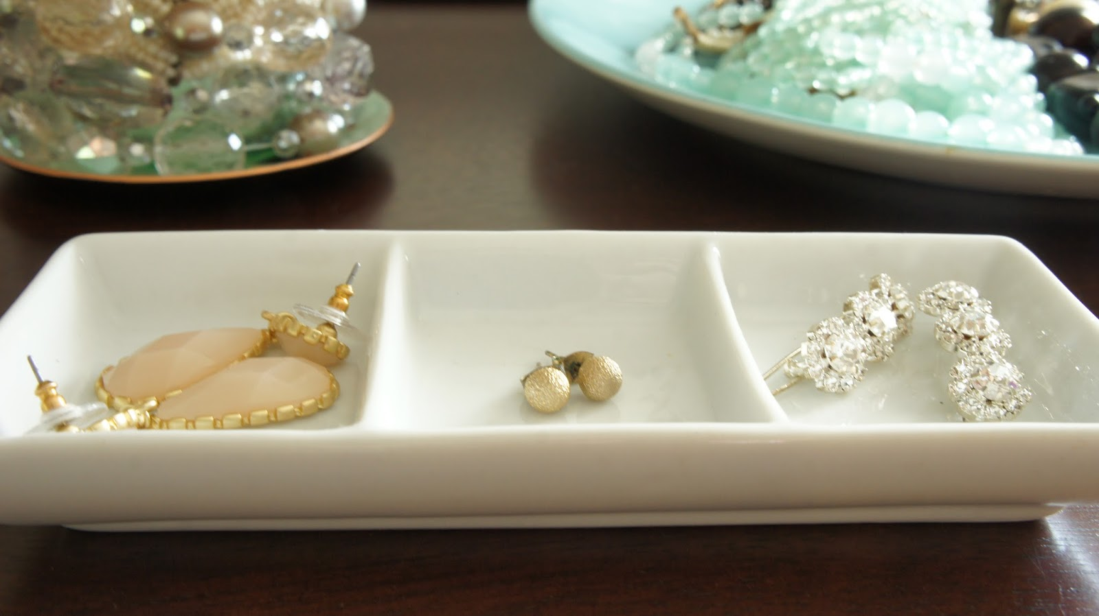 Simple ideas using ceramic holders for pretty jewelry storage.