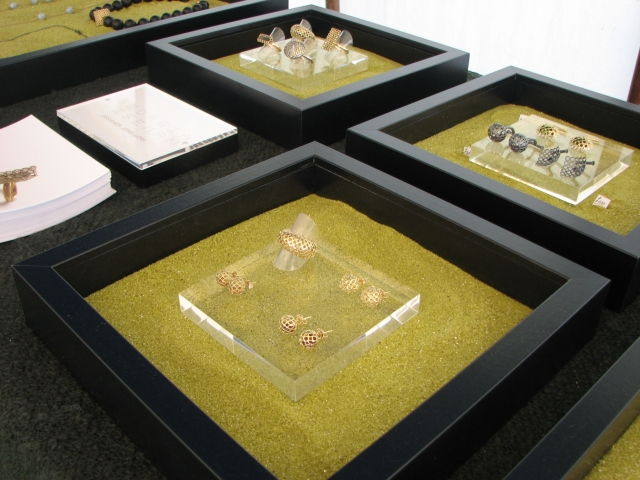We know that in store displays and exhibition displays are not the same, so here is an original design for jewellery display ideas that can be used for an exhibition.