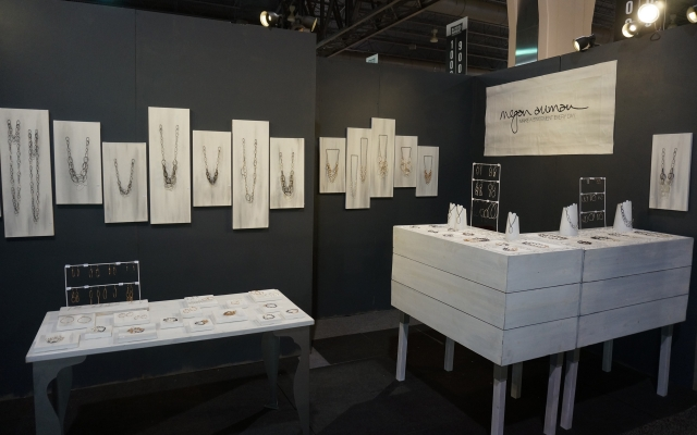 Black and white combination is something we see often because it creates a lot of contrast just like in this example of a jewellery stand display.