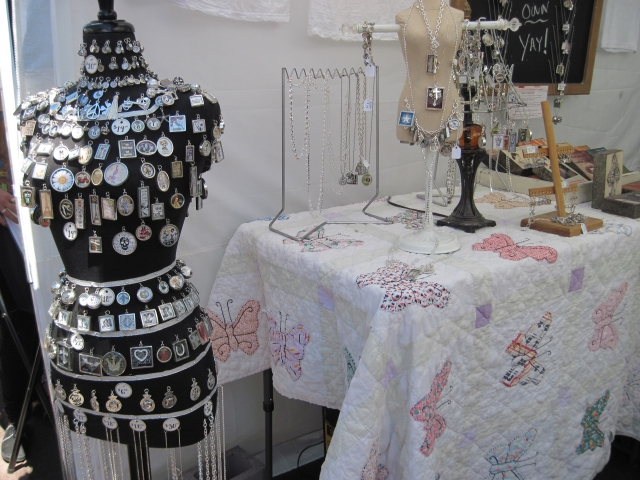 Cool improvised display for a jewelry show display, original ideas for visual merchandising at a jewelry show.