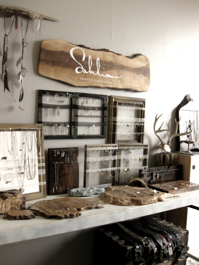 Nice setting which can be a great inspiration if you are thinking about a setting for craft shows. Bracelet displays among other jewelry display can be seen in this setting.