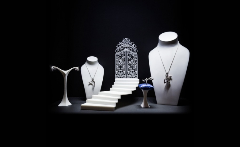 These breathtaking 3D printed jewelry displays steal the spotlight of any setting, however the main focus remains on the stunning jewelry pieces which are displayed.
