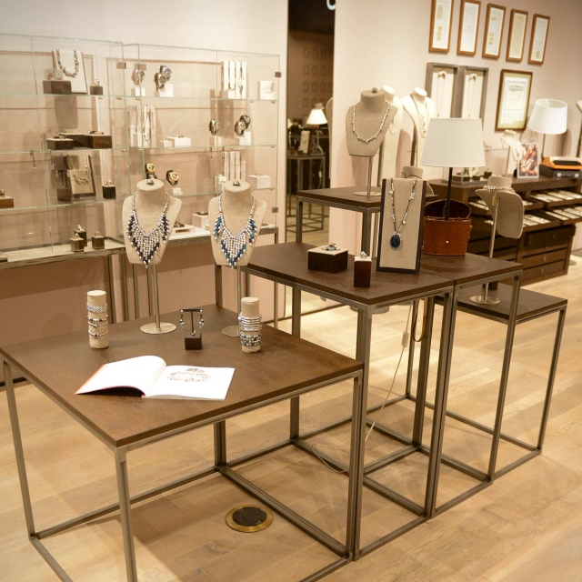 From Los Angeles comes this inspiration for silver necklaces jewelry display with different sized tables and jewel hangers and holders, discrete and simple.