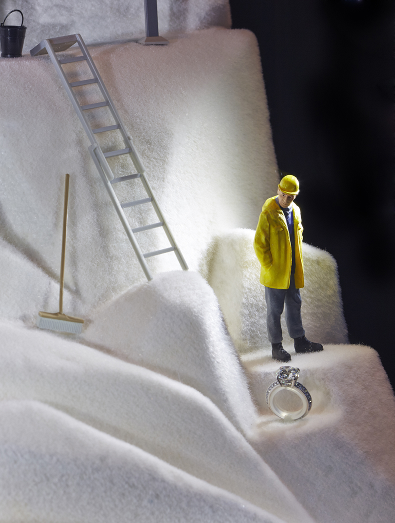 Miniature setting recreating a scene with a mine worker who is looking for diamonds and finds a diamond ring. Original jewelry display ideas.