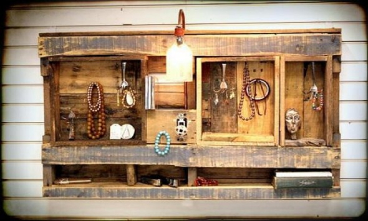 Even a pallet can be a great jewelry display item, a cool idea to reuse a pallet for different setting display ideas.