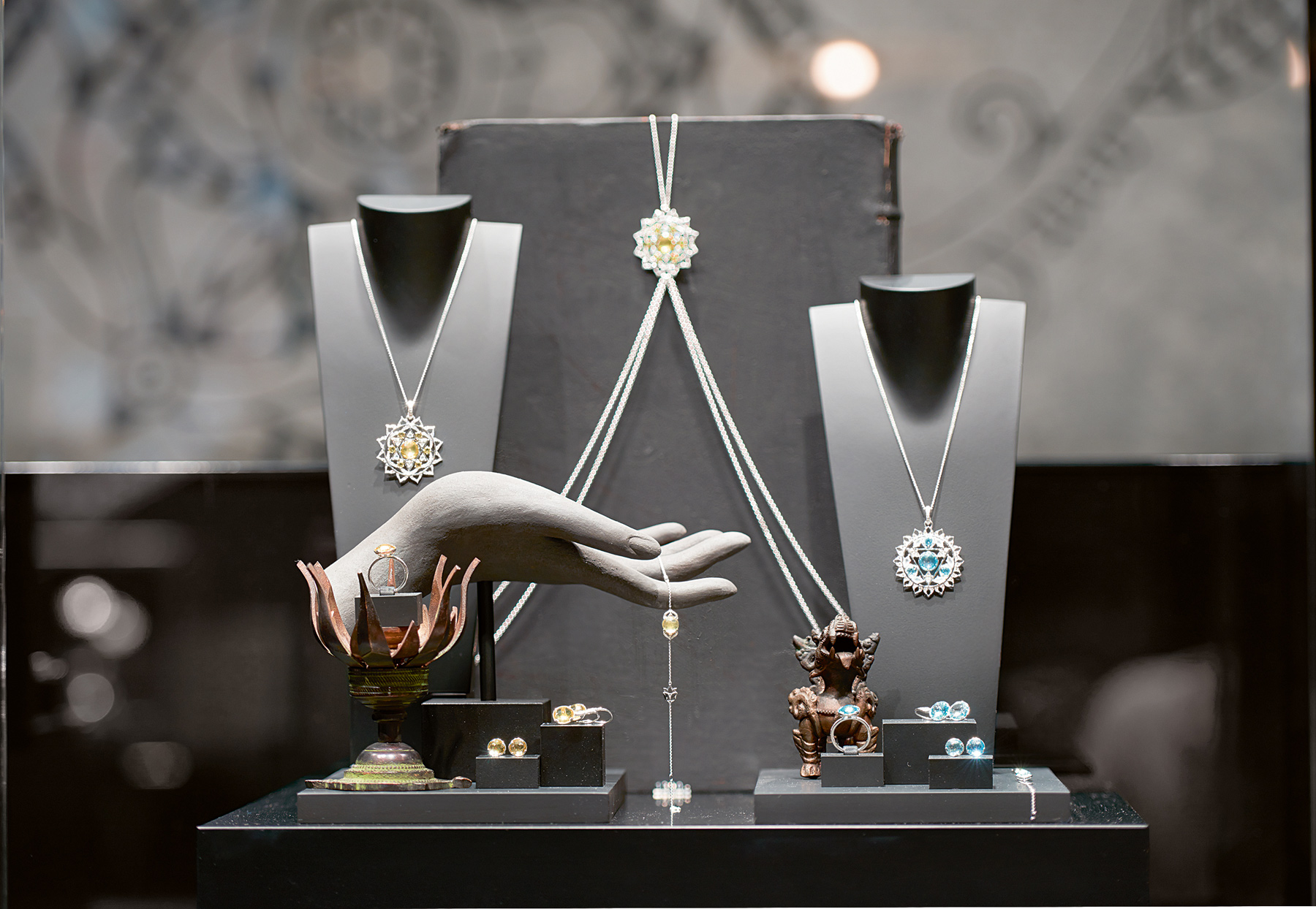 The stylish display really gives away the effort behind the work of these diamond and gemstones 18k gold and radiant quests jewelry pieces.