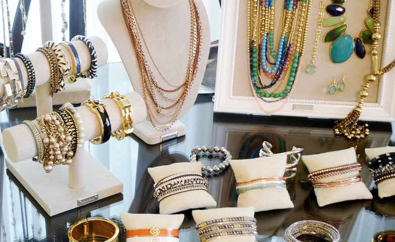 Stella and Dot give us very cool and easy trunk show ideas with a few simple hangers, busts and frame holders for the display of several jewels.