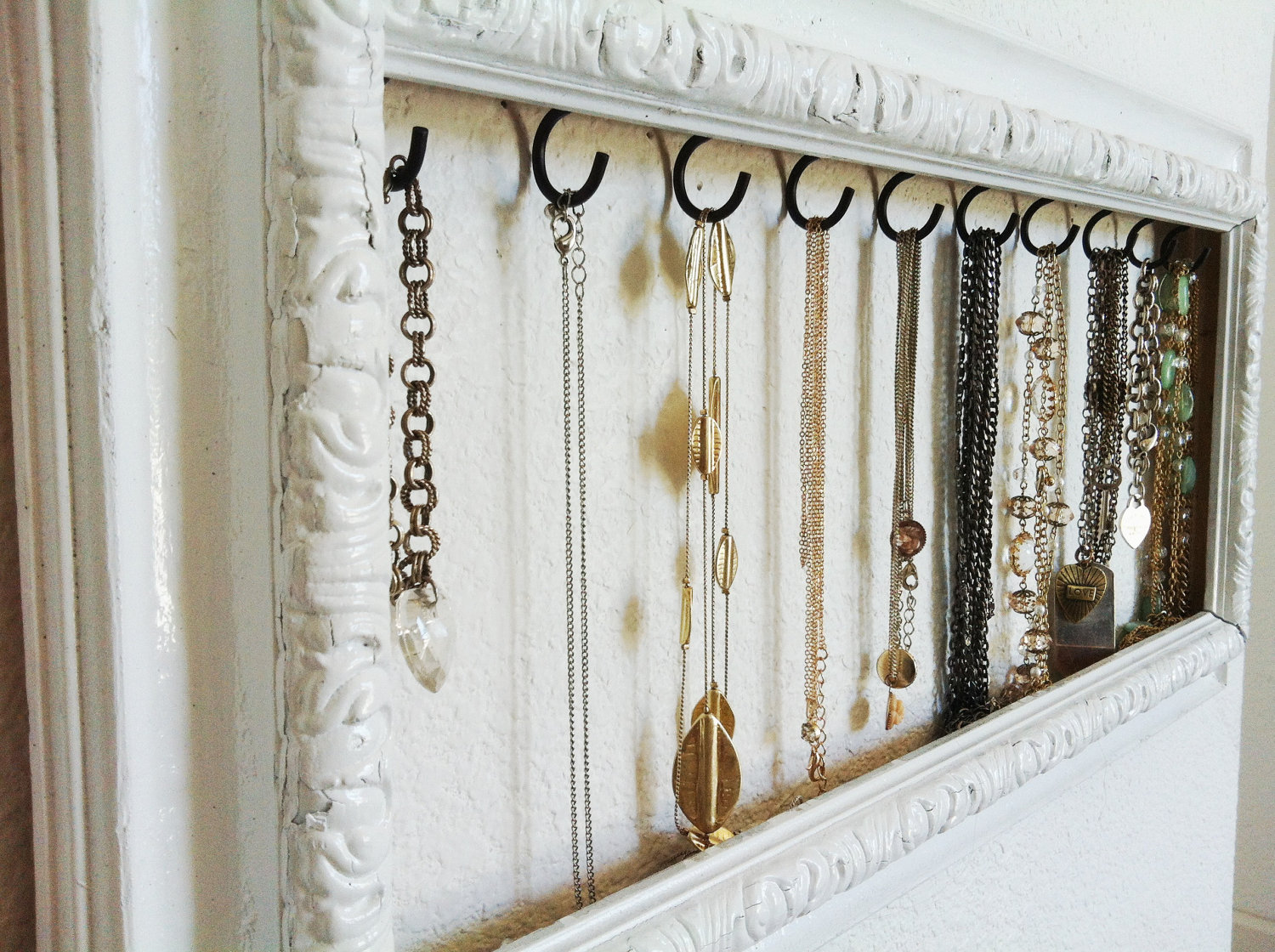 Absolutely simple yet eye catching vintage white frame with ring display for hanging necklaces.