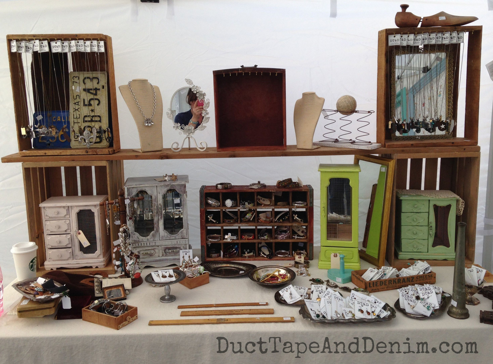 A DIY vintage window jewelry display clearly uses all kinds of retro decoration and jewelry display props.