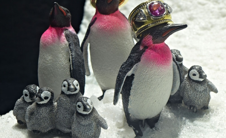This setting is so cute, using small penguin figurines and placing the rings on their heads as if they were crowns, a jewelry display idea for Christmas.