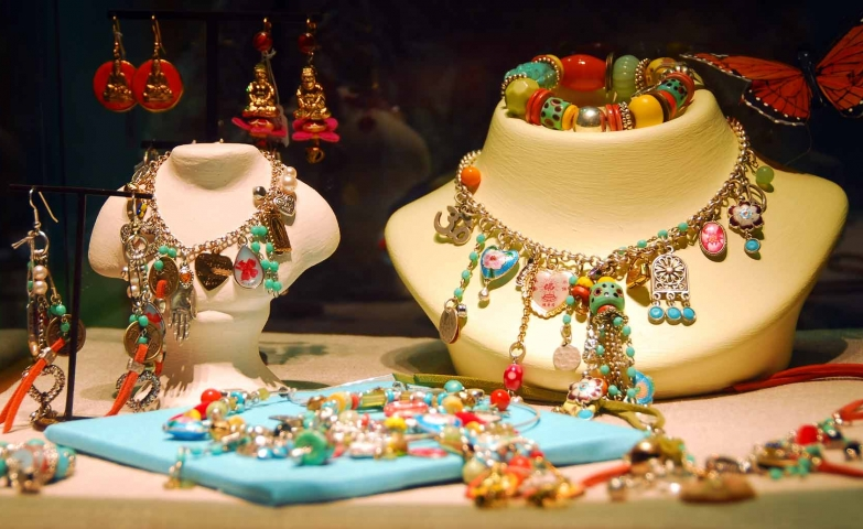 Make unique and original, colorful jewellery pieces to sell. Jewelry display ideas for colorful sets.