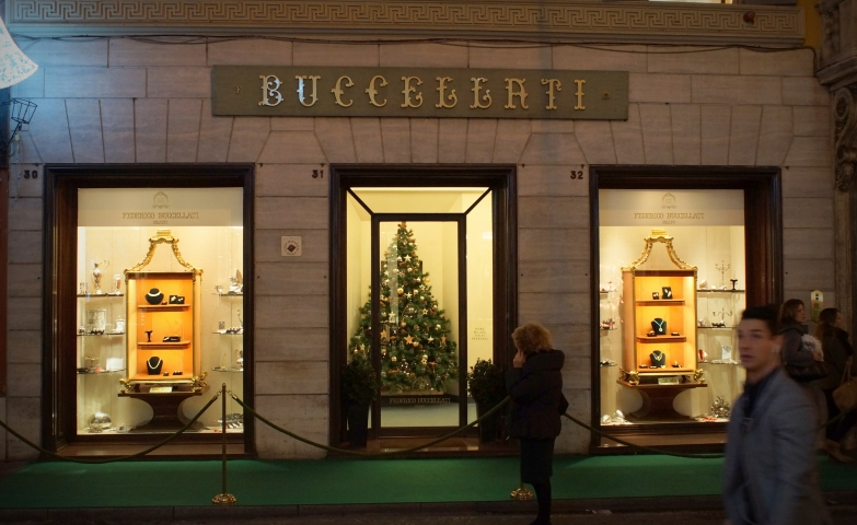 Beautiful window displays and jewelry display ideas for the Christmas Holiday Season from Federico Buccellati Orafo.
