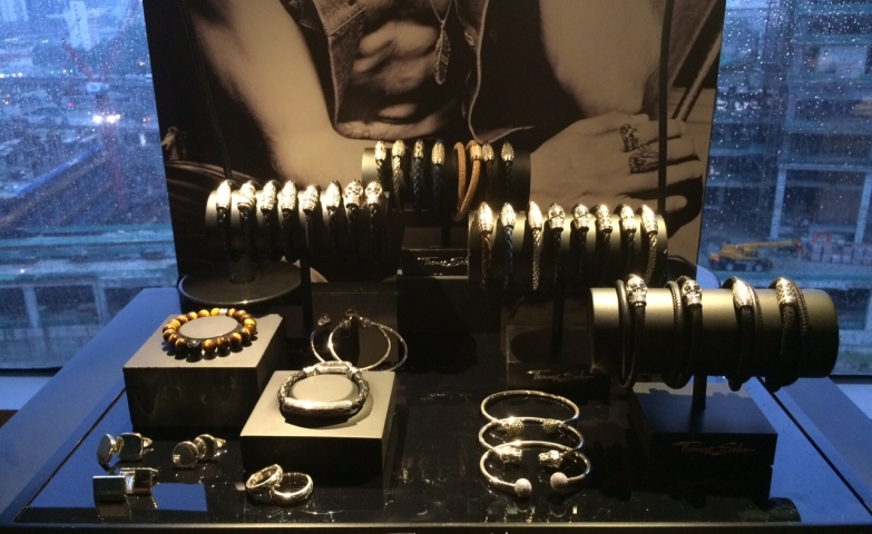 Autumn/Winter collection by Thomas Sabo. Jewelry display ideas for rock´n´roll inspired jewelry, skull bracelets displayed on black racks.