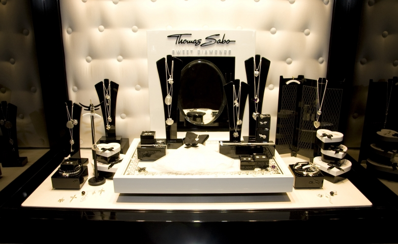 "Another unique setting from Thomas Sabo, combining black and white decoration for a collection called ""Sweet Diamonds""."
