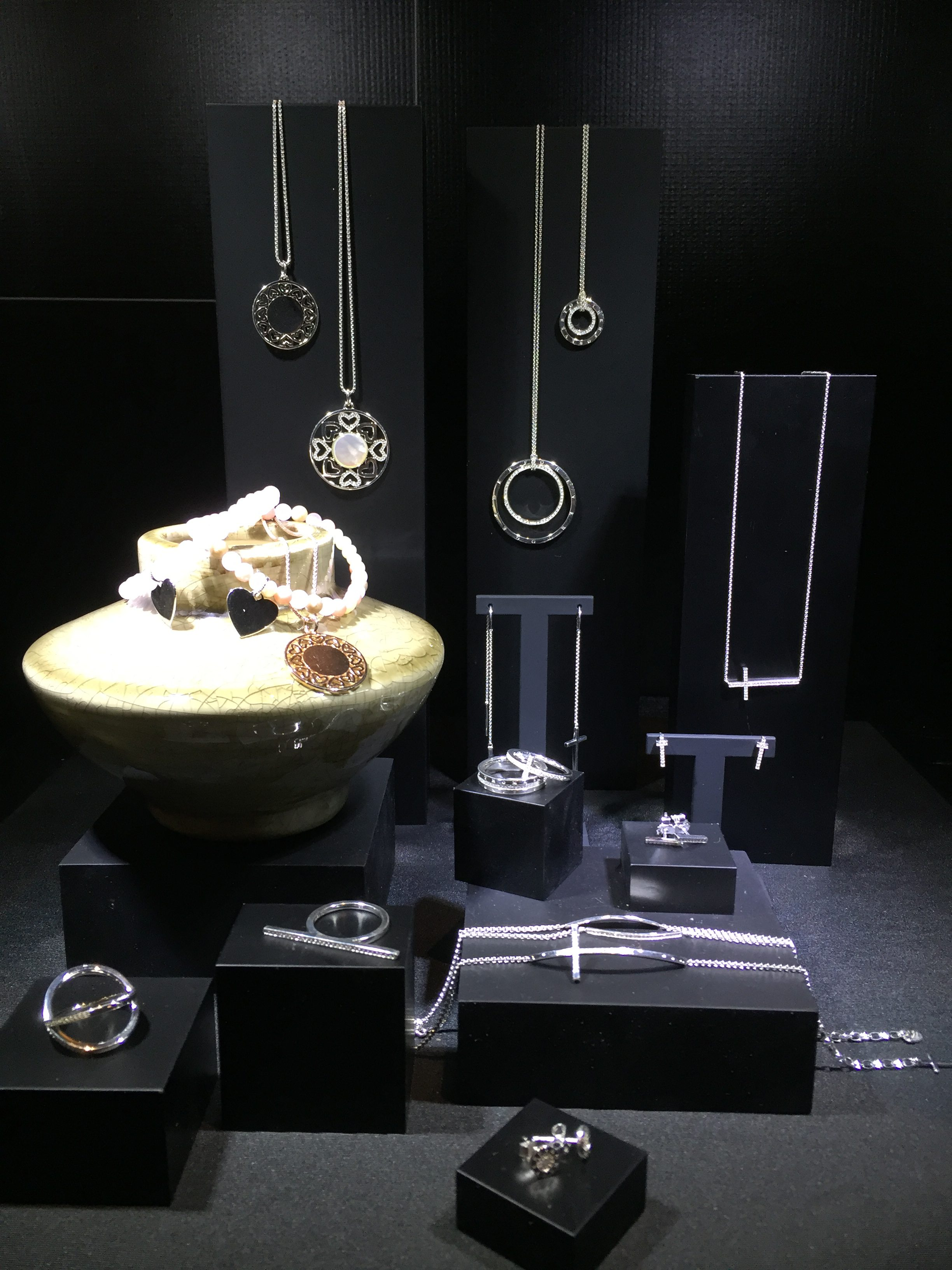 Keeping a simple decoration the jewelry display, for yet another Spring/Summer collection from Thomas Sabo.
