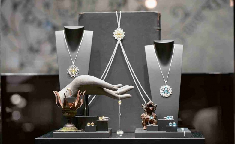 The jewelry display used for the Thomas Sabo store opening in Frankfurt. Silver jewelry pieces with yellow and blue gemstones.