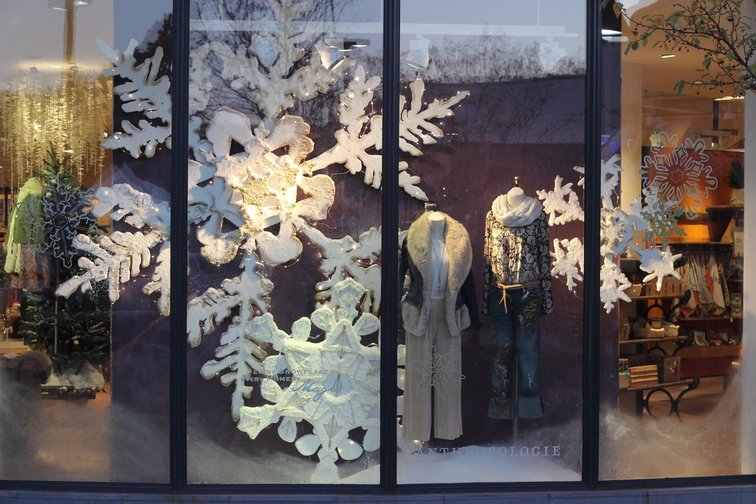 In the Anthropologie winter window display, we can find big snowflakes with golden glitter and little snowflakes stickers on the window.