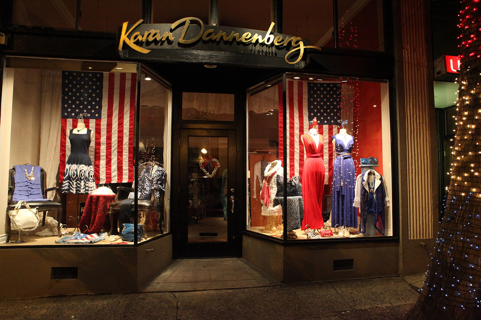 Men's shirts, jeans and patriotic colours in one window display are proof that 4th of july is near the corner.
