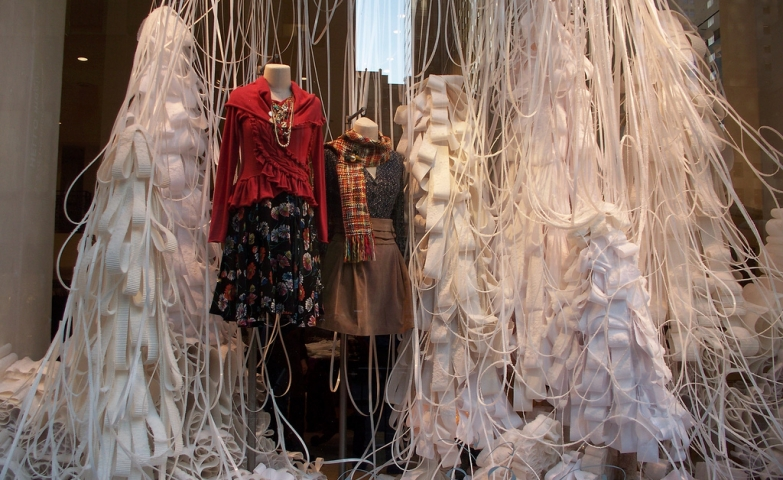 What Anthropologie wanted to do with this winter window display, it was an explosion of much white paper, white bands in order to show the snow.